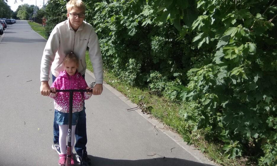 С братом на прогулке