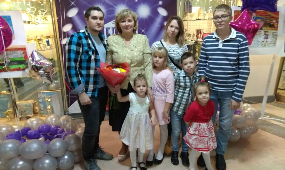 Ольга с детьми и внуками на церемонии награждения многодетных семей в Ломоносовском доме культуры