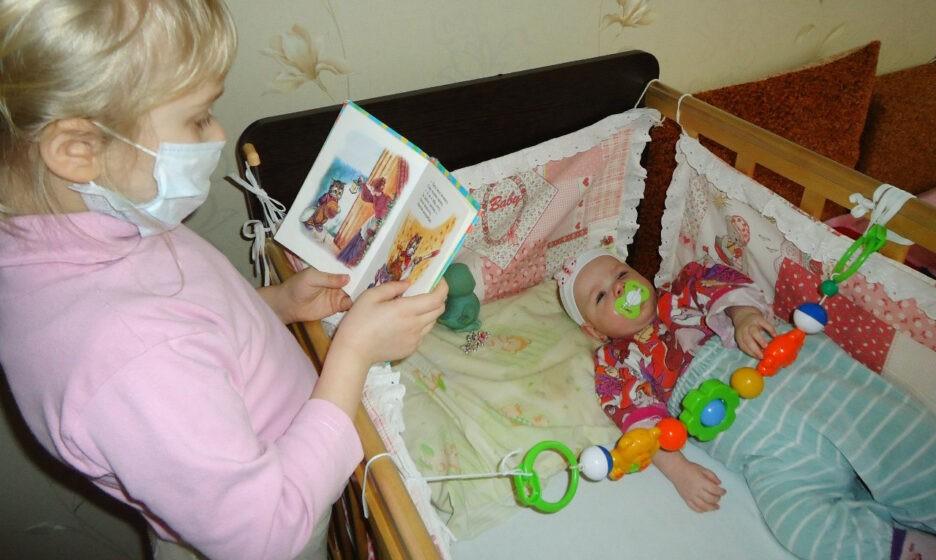 Маша первые дни дома, с сестричкой