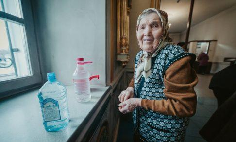 «А давайте я сам вам воды наберу!» Полицейский, бездомный и старушка — в храме на Крещение
