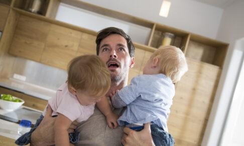 Отец в декрете: «Я плачу, старший ломится ко мне в ванную, а младенец кричит»