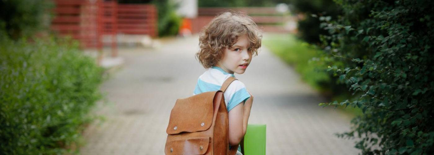 Ребенок идет домой. Что нужно делать, если его преследует незнакомец?