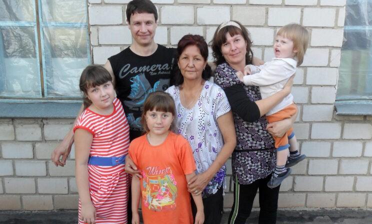 «Все деньги ушли на похороны, а муж заболел пневмонией». Многодетная семья из-за ковида потеряла родных