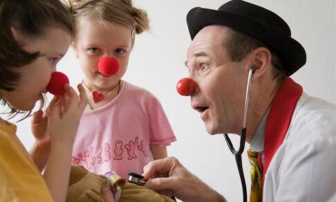 «Я въезжаю в реанимацию на роликовых коньках». Как больничный клоун помогает детям