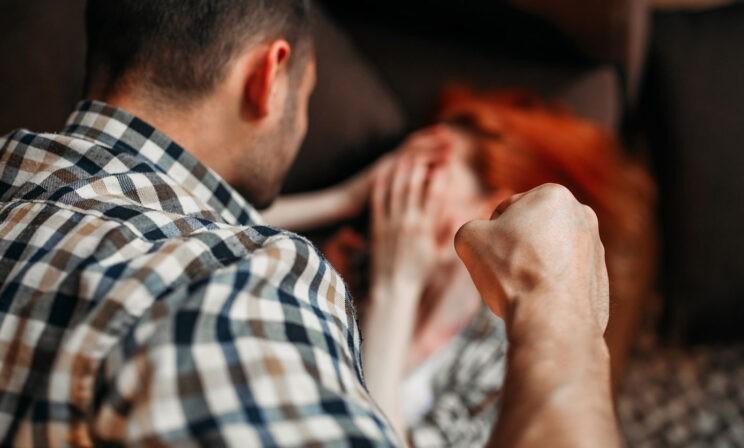 «Все начинается со ссор и ругани». Адвокат и бывший следователь — о статистике по домашнему насилию