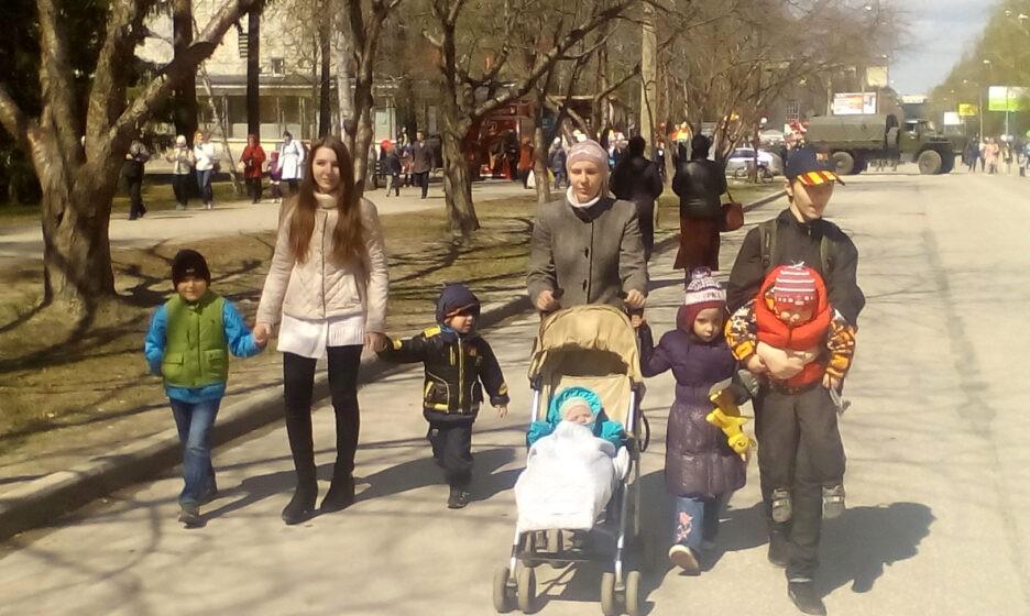 Анастасия Резникова с детьми на прогулке