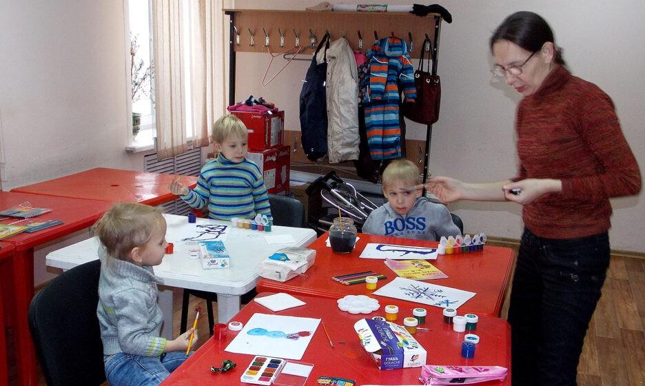Анастасия Резникова ведет занятие с детьми