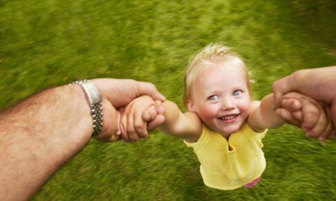 Почему нельзя тянуть ребенка за руку. Отвечает педиатр Сергей Бутрий