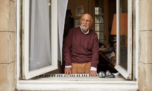 «Я спрыгнул с поезда, который ехал в Освенцим». Симон Гроновски выжил в войну, а теперь поддерживает соседей