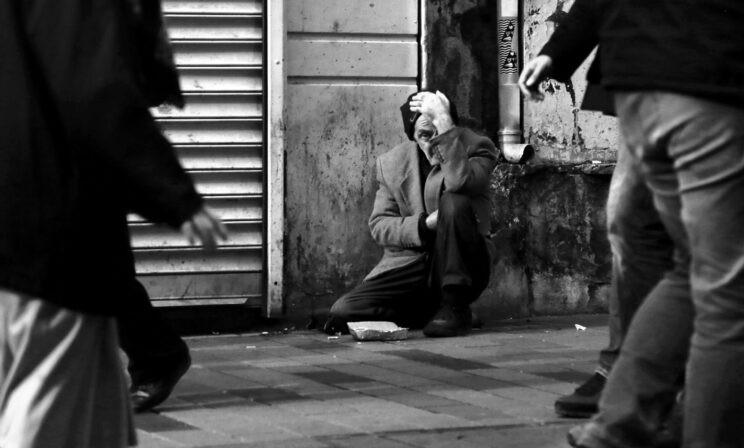 Бездомного забили до смерти за то, что спал в подъезде. Его звали Сергей