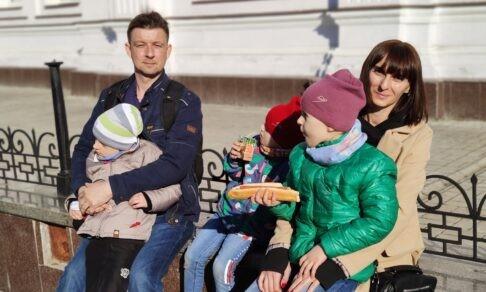 «Жду, когда мои дети заговорят». У двух дочерей и сына — аутизм, но Оксана мечтает стать бабушкой