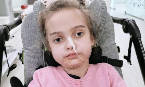 Ксюша задыхалась и попала в реанимацию. Когда девочку сняли с ИВЛ, она пережила клиническую смерть
