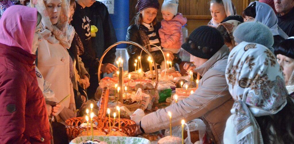 Люди идут ко Христу, и их корзинки со снедью — словно маленькие фонарики у Гроба на рассвете