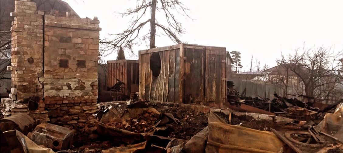 После пожара одинокий пенсионер поселился в бане. Соседи собрали ему деньги на новый дом