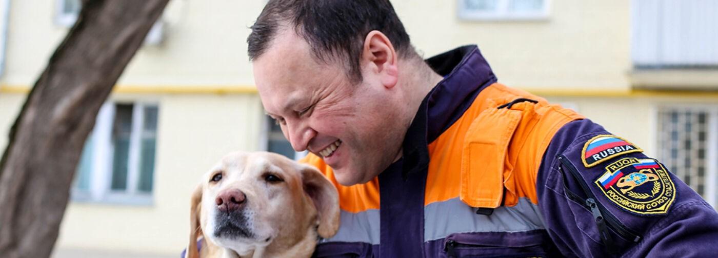 «Санни вела меня к завалу — там нашли женщину». Как Дмитрий Коваль и его собака спасают людей