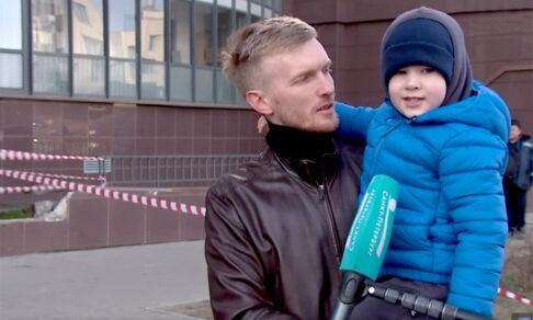 В Петербурге отец выдернул сына из-под колес автомобиля. Спустя секунду машина врезалась в дом