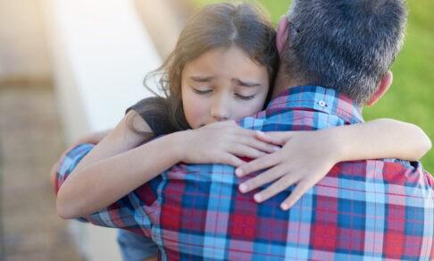 Дочь рыдает, а отец бежит на детскую площадку. Но как вести себя взрослому с обидчиками ребенка?