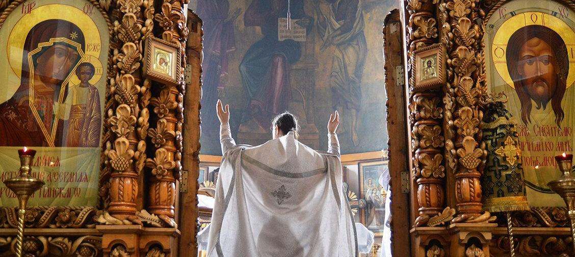 «Мы служили в пустом храме, а люди пели нам за воротами». Три пасхальные истории от священников