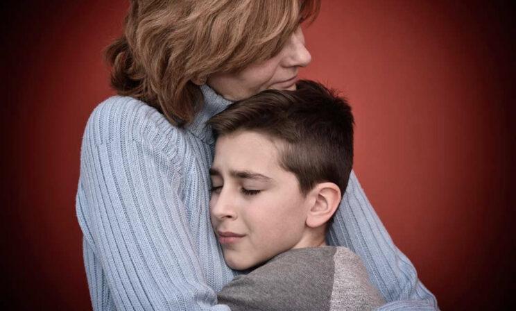 «Хочется защитить ребенка любой ценой». Как справиться с тревогой после трагедии в Перми?