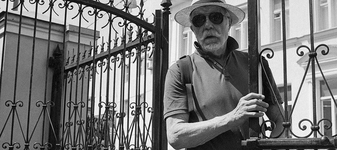 Окна Роста. Выставка российского фотографа — на ограде храма