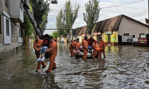 Пенсионерку из Ялты вытащил из затопленного сарая сотрудник МЧС. Она ищет его, чтобы поблагодарить