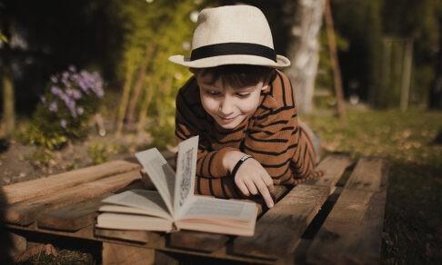 «Ненавижу читать!» Как помочь ребенку справиться с книгами на лето