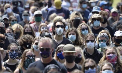 Чтобы затормозить пандемию, надо привить 50% населения за полгода. Главврач скорой Лев Авербах