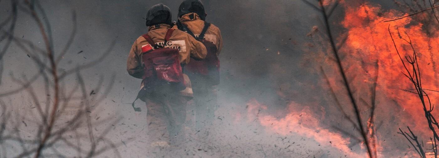 «Огонь шел стеной за нами». Как 25 пожарных чудом спаслись в горящем лесу