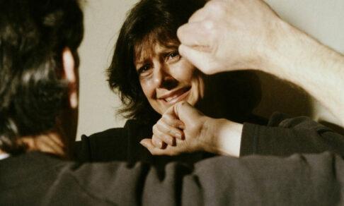 Часто причащается и избивает жену
