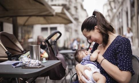 «Кормила ребенка грудью, и меня выгнали». Это случалось в музеях, кафе и даже в суде