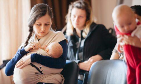 Из кафе выгнали кормящую маму. Что там об этом думают сейчас?