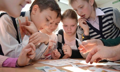 «А сколько стоят сосиски?» Как научить детей считать деньги