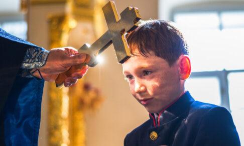 «На каждом из нас поставлен крест». Священник Андрей Мизюк — как пережить боль и страдания