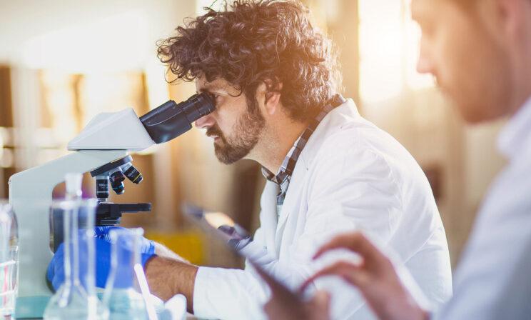 «Вирус никуда от нас не денется». Что будет с ковидом — мнения биологов и врачей