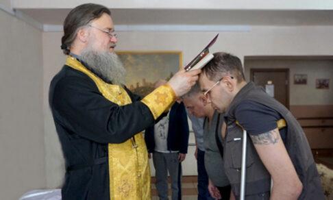 «Помолитесь за моего брата, Тома Круза». Что делает священник в психиатрической больнице