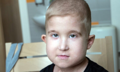 Папа живет с Ильей в больнице уже год. Дома их ждут еще четверо детей