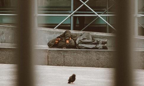 «Люди спят на решетках с шипами». Куда пойти бездомному холодной ночью