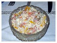 Салат из морского коктейля.  Смешать отварной рис (стакан), морской...