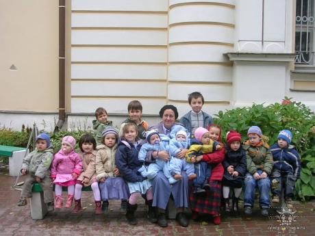 Матушка Мария Ильяшенко с внуками